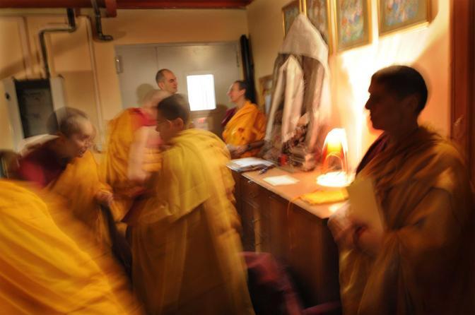 Pomaia (Pisa), ore 14.06 - Un momento di conversazione tra i monaci dell?istituto lama Tzong Khapa dove si insegna e pratica il buddhismo tibetano - Foto di Patricio Estay