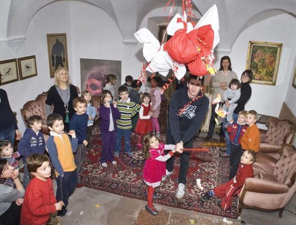 Novaline Mattarello (Trento), ore 17.57 - La piccola Dina sferra un colpo alla pignatta piena di caramelle durante il compleanno del fratellino Arturo - Foto di Marianna Bertagnolli