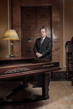 Milano, ore 9.30 - Il prefetto Gian Valerio Lombardi è nel suo ufficio nel palazzo cinquecentesco di Corso Monforte - Foto di Carlos Jones