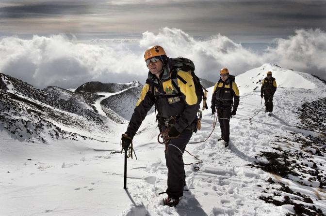 Nicolosi (Catania), ore 11.00 - Il soccorso alpino della Guardia di finanza in ricognizione sulla cima dell?Etna. Sullo sfondo il versante sud dei crateri Silvestri, a 1980 metri - Foto di Fabrizio Villa