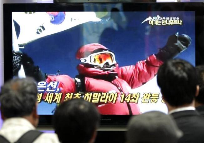 Oh Eun-Sun a braccia alzata nell'immagine video trasmessa in diretta dalla vetta dell'Annapurna (Ap)