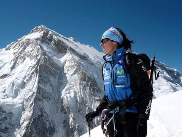 La spagnola Edurne Pasaban di fronte alla vetta del Kangchenjunga (Afp)
