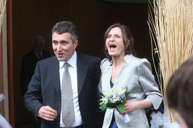 Marinella Brambilla con il marito Luca Pandolfi esce dal Comune di Lesmo  (Ansa)