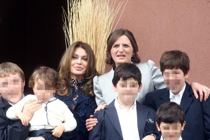 Foto di gruppo con Veronica Lario (Ansa)