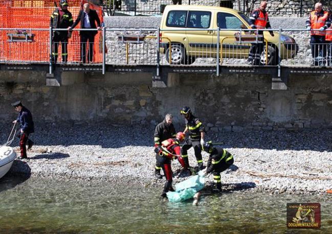 Il recupero del cadavere della 36enne svizzera (Ansa)