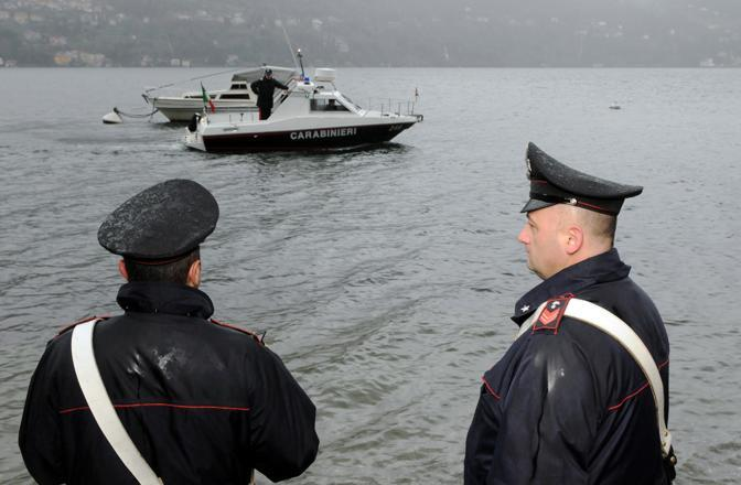 Il lago pattugliato dai carabinieri (Ansa)