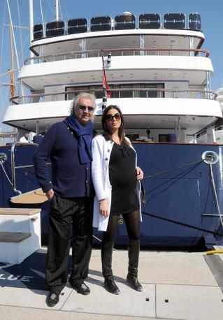 """Flavio Briatore e la moglie, Elisabetta Gregoraci, davanti allo yacht """"Force Blue"""" (Photomasi)"""