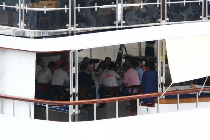 """La riunione dei dirigenti dei team di F1 a bordo del """"Force Blue"""" (Richiardi)"""
