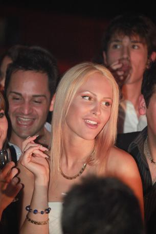 Noemi Letizia dopo aver tagliato la torta per la festa dei suoi 19 anni in una discoteca alla moda a Milano (Faravelli)