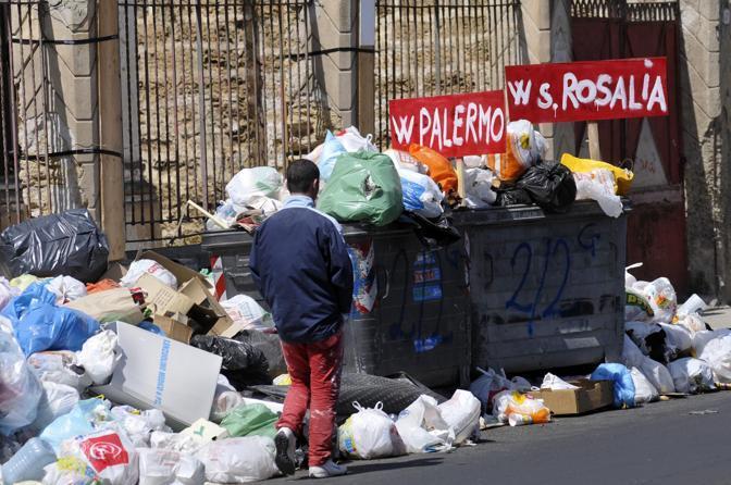 Palermo, bruciano cumulo di rifiuti e danno fuoco a clochard$