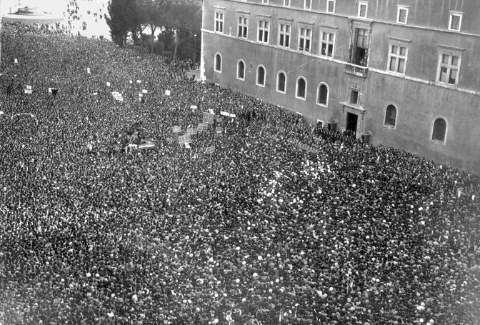 10 giugno 1940: l'Italia entra in guerra contro Francia e Inghilterra, al fianco della Germania nazista, in quella che sarebbe poi diventata la Seconda Guerra Mondiale. Nella foto il discorso di Benito Mussolini a piazza Venezia