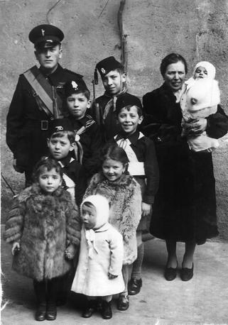 Una famiglia fascista: i coniugi Aliprandi (con figli), di Desio