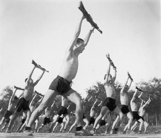 Esercitazioni con il moschetto in un campo Dux