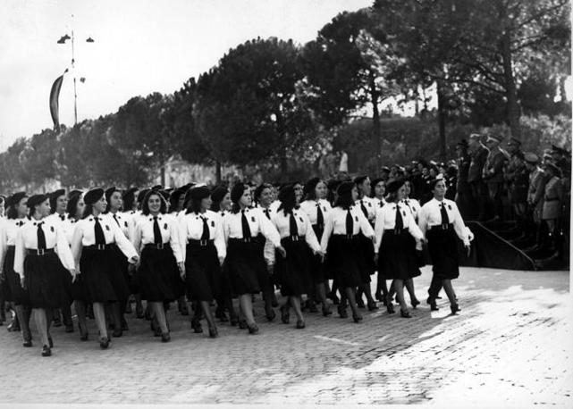 Roma, la giovinezza armata sfila in via dei Trionfi