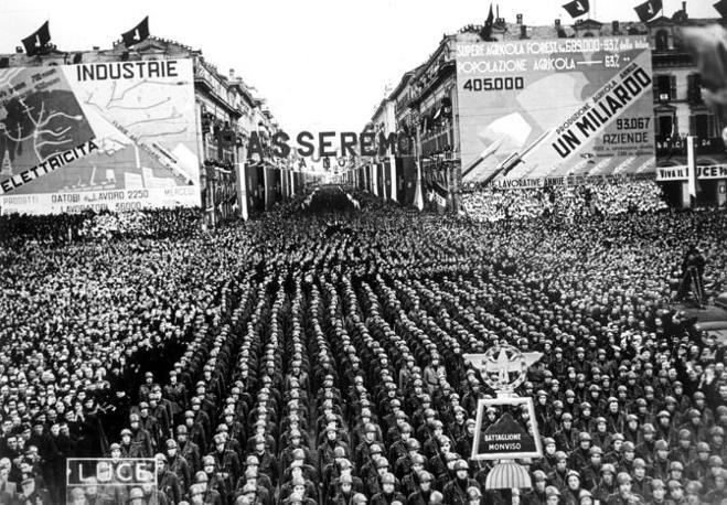 Cuneo, una folla oceanica assiste a un discorso del Duce