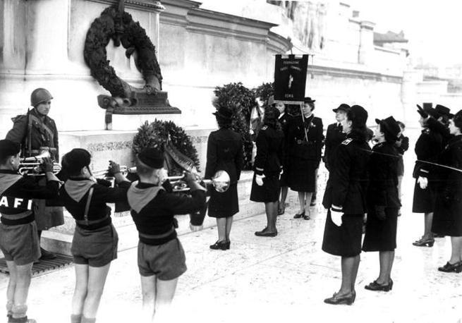 Roma, 1941: le donne italiane rendono omaggio alla tomba del milite ignoto