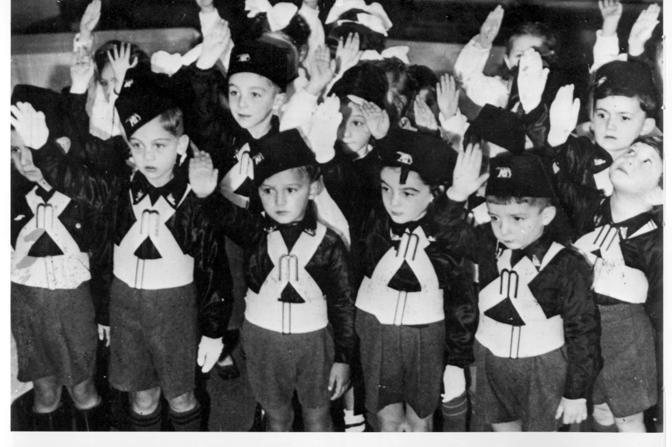 Bambini con le divise dei figli della lupa
