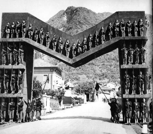 Aosta, 1939: giovani Balilla in attesa del Duce