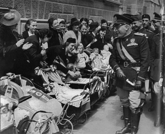 Pinerolo, 1939: Mussolini passa in rassegna mamme e carrozzine
