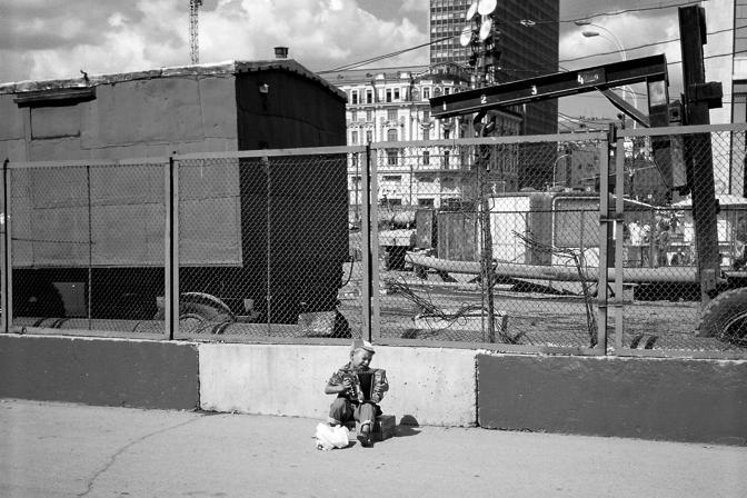 Mosca. Vladimir, 5 anni, chiede l?elemosina con la sua piccola fisarmonica nei pressi di una stazione (Cristina Francesconi/Cesvi)