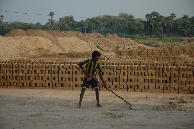 Foto di lavoro minorile nelle fabbriche di mattoni in Tamil Nadu India. Qui Cesvi lavora a fianco dell'infanzia con progetti educativi che mirano a portare i bambini a scuola assicurando loro il diritto all'istruzione e ad un futuro migliore.Ogni bambino lavoratore non solo contribuisce al reddito famigliare in modo insignificante, ma avr� a sua volta figli che lavoreranno precocemente. In India dove Cesvi lavora da anni nello stato del Tamil Nadu ogni ragazza che pu� andare a scuola e continuare la formazione professionale pu� contribuire in misura 5-7 volte maggiore al reddito della sua famiglia perch� avr� un lavoro pi� dignitoso e meglio retribuito(Cristina Francesconi/Cesvi)