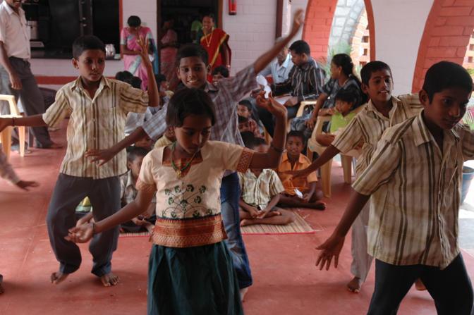 Danze in una delle Case del Sorriso di Cesvi in India, Tamil Nadu dove centinaia di bambini possono trovare un luogo dove viene assicurato loro il diritto al gioco e allo studio(Cristina Francesconi/Cesvi)
