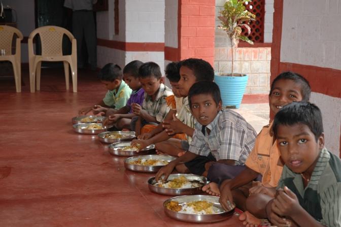 Pranzo in una delle  Case del Sorriso di Cesvi in India, Tamil Nadu dove centinaia di bambini possono trovare un luogo dove viene assicurato loro il diritto al gioco e allo studio (Cristina Francesconi/Cesvi)