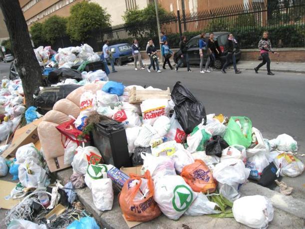 Le strade di Palermo invase dai rifiuti (Ansa)