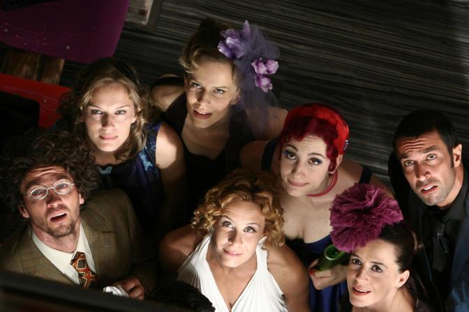 Taricone con gli altri attori del cast «Tutti pazzi per amore 2» (Ansa)