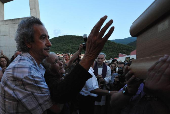 Il dolore della nonna di Pietro Taricone all'arrivo del feretro del nipote presso il cimitero di Trasacco (L Aquila) - Ansa