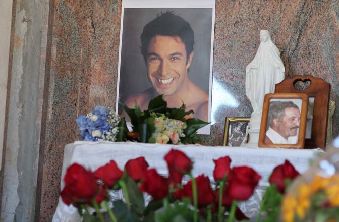 La sepoltura di Pietro Taricone nella cappella di Famiglia nel Cimitero comunale di Trasacco (Sestini)