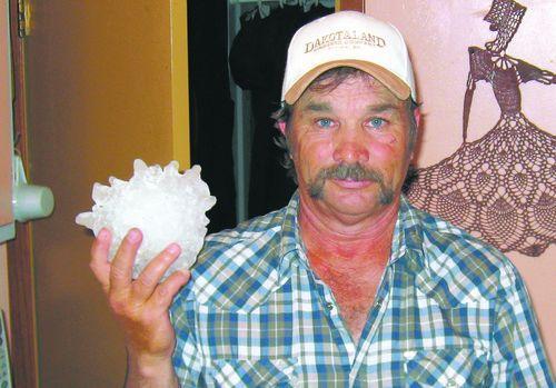 Leslie Scott, un operaio del Sud Dakota, ha trovato il chicco di grandine da record la scorsa settimana
