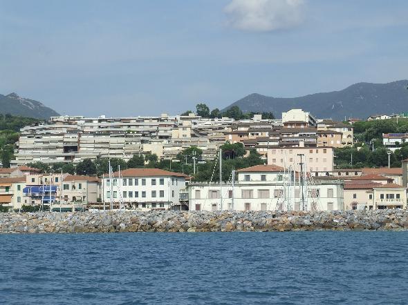 San Vincenzo, Livorno. Ecco un bel condominio vista mare (Segnalazione firmata)