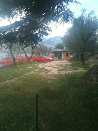 A Brenzone, ridente paesino sulla sponda veronese del lago di Garda si stanno devastando le ultime spiagge rimaste con orrende speculazioni edilizie (Segnalazione firmata)