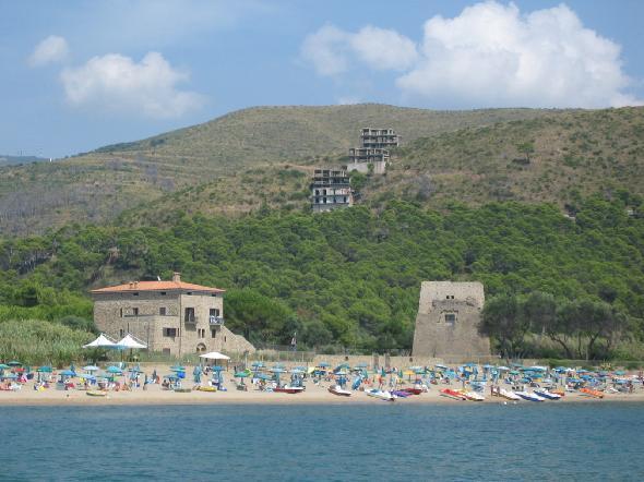 Cilento, Ogliastro Marina, frazione del comune di Castellabate, in provincia di Salerno. Tre scheletri edilizi insistono sullo stupendo paesaggio poco sopra splendide torri sulla spiaggia, può continuare così senza provvedimenti? (Segnalazione firmata)