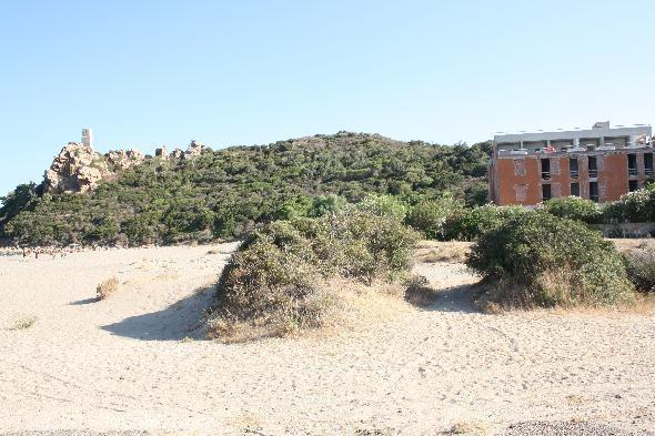 """Muravera, Sardegna, provincia di Cagliari. L'edificio è presente sul litorale dagli anni 60. Doveva essere abbattuto a breve,  perché in disuso ormai da almeno una decina d'anni. E' stato invece """"recuperato"""" per farne un hotel di lusso, alzandolo di molti metri e soprattutto costruendo intorno all'edificio già presente. L'edificazione sino a 2 km dalla costa in Sardegna è vietata da anni ma per questo hotel sono stati già comprati i terreni circostanti per permetterne l'ampliamento che come si può vedere distrugge la visuale del nostro litorale ancora incontaminato (Segnalazione firmata)"""