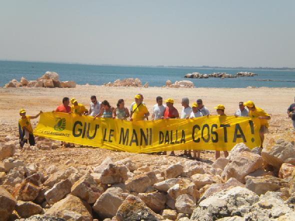 Una manifestazione di ambientalisti che si è svolta nella zona