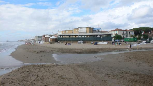 A San Vincenzo (Livorno) sulle ultime spiagge libere del centro abitato l&#39;amministrazione progett e mise al bando nel 2002 la realizzazione e la gestione di due nuovi stabilimenti balneari. La cittadinanza e i turisti, tenuti per anni all&#39;oscuro dei progetti hanno visto sorgere due imponenti fabbricati sulla spiaggia e privatizzare tratti di spiaggia libera. Innumerevoli ricorsi e proteste bloccano ancora la realizzazione di uno dei due bagni (300 m2, ristorante, bar). Questa  la foto della struttura bloccata (Segnalazione firmata) 