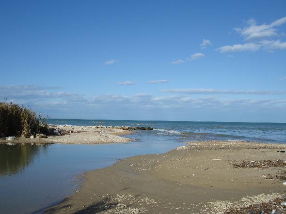 """Postilli Riccio, ultimo tratto di spiaggia tra Ortona e Francavilla ancora incontaminato. Ma, nel nome dello sviluppo si costruisce una strada di un chilometro e più a ridosso della battigia, facendolo passare per nodo strategico infrastrutturale per implementare il traffico con l'Est Europa, attingendo pure ai fondi CIPE, e riuscendo visto il ruolo """"strategico"""" dell'infrastruttura a ovviare ai vincoli che c'erano sulla spiaggia. Naturalmente gli svariati milioni di euro non sono bastati, è tutto fermo, resta lo scempio, e i cementificatori che aspettano che si completi l'opera (Segnalazione firmata)"""