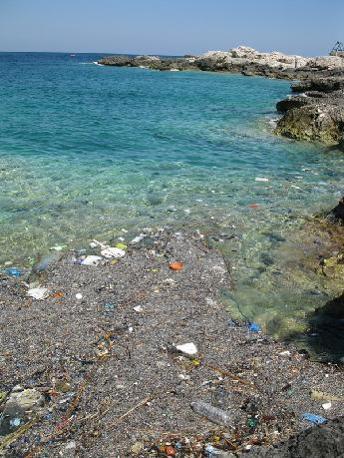 Isole Tremiti. Un posto favoloso, sembra la Sardegna dell'Adriatico, eppure nella cala dei Benedettini e nella cala degli Inglesi si trovano cumuli di rifiuti in mare e sulle rocce. Veramente uno spettacolo orrendo (Segnalazione firmata)