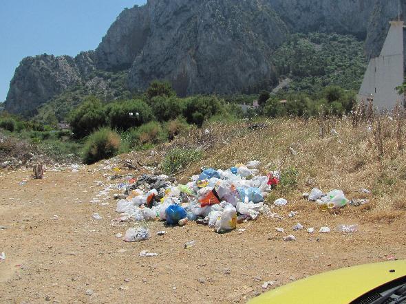 Palermo. Vicino al mare più caraibico dell'isola sono accumulati rifiuti che nessuno ritira. Un vero peccato (Segnlazione firmata)