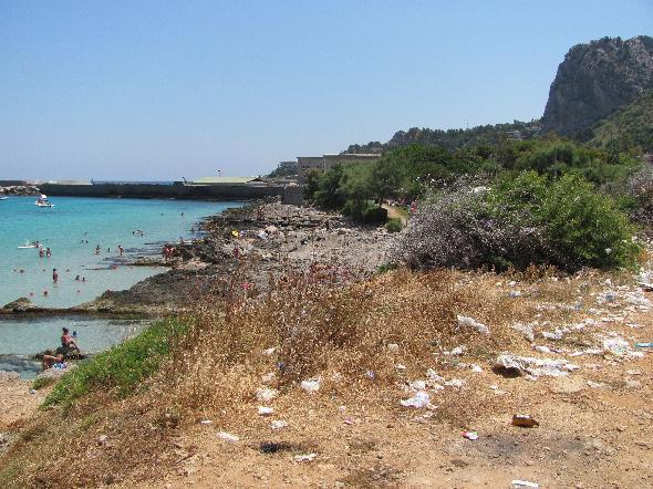 Palermo, l'accesso al mare tra i rifiuti