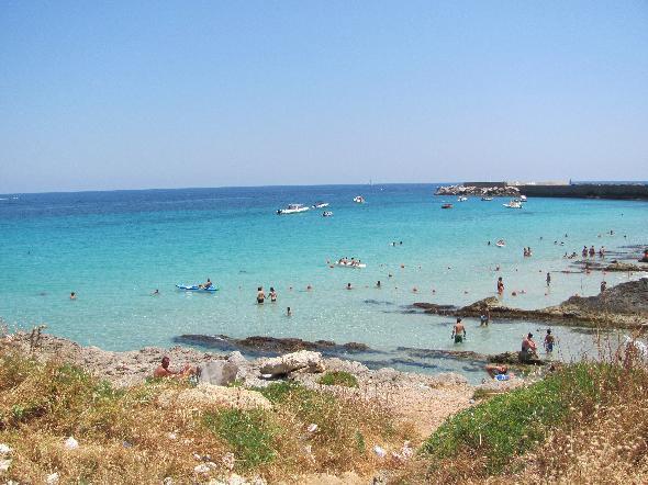 Palermo, i colori puliti del mare risultano di fronte alla costa piena di rifiuti