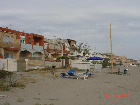 Torvaianica, provincia di Roma. La sfilata di villette che deturpano per chilometri quella che era una bella spiaggia (Segnalazione firmata)