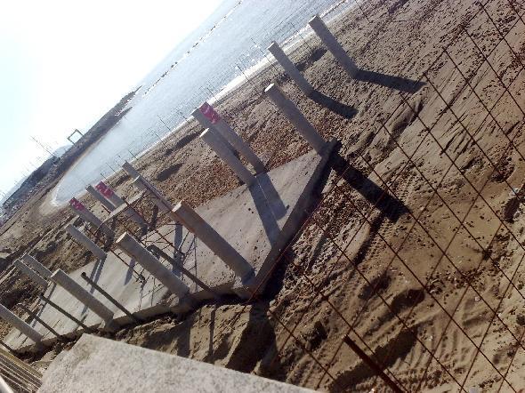San Vincenzo, Livorno. Cemento sulla spiaggia..anzi, sul mare. Dopo aver cementificato completamente collina e porto non rimane che la spiaggia! (Segnalazione firmata)
