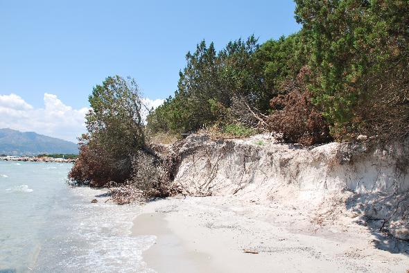 La spiaggia di Puntaldia, in Sardegna, ha subito nel settembre 2009 un'inondazione dovuta allo staripamento dello stagno di San Teodoro. La spiaggia è scomparsa e da allora niente è stato fatto. Le rocce che delimitavano la foce dello stagno non ci sono più e mare e stagno sono diventati tuttuno. Inoltre l'acqua del mare non è più turchese e limpida come una volta ma marrone e torbida. Il depuratore di San Teodoro scarica nello stagno e di conseguenza in mare