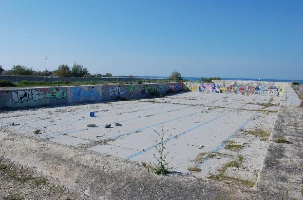 Brindisi, litorale a nord della città. Nel secondo complesso abbandonato, sempre a ridosso sul mare, ci sono anche i resti di questa piscina