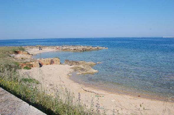 Brindisi, litorale a nord della città. Il mare di fronte ai ruderi in stato di abbandono