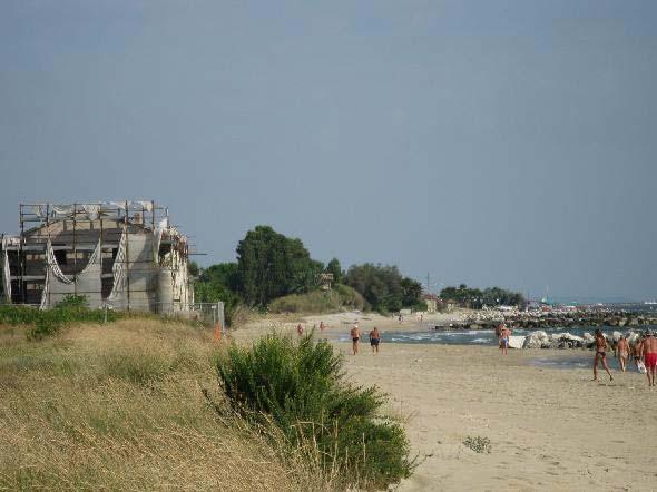 Cologna Spiaggia, frazione di Roseto degli Abruzzi, Teramo. Una orrenda costruzione da anni in stato di abbandono su un tratto veramente carino di spiaggia con acqua sempre limpida (segnalazione firmata)
