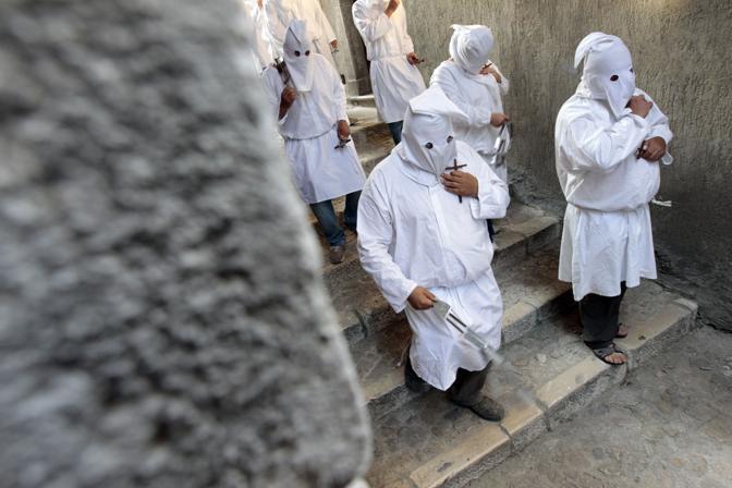 Il rito risale a quattro secoli fa, quando l'immagine della Madonna Assunta cominciò a essere portata in processione in occasione di eventi calamitosi, come guerre e carestie. Dopo la seconda guerra mondiale, si svolge ogni sette anni (Reuters/Bianchi)